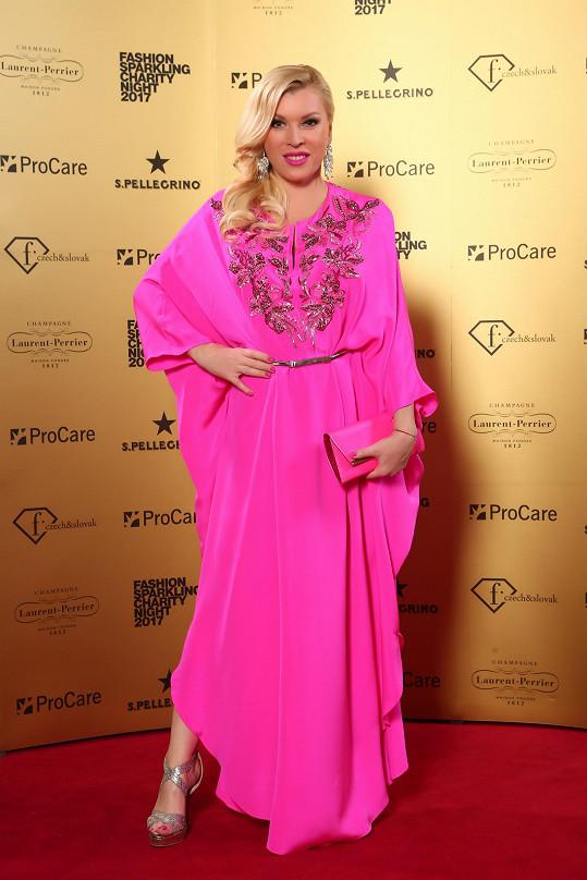 Organizátorka večera Gabriela Drobová se zahalila do výrazné magenta róby Emilio Pucci. Nepřehlédnutelné šaty v motýlí linii se zlatou výšivkou jí nebyly dost výrazné, a tak se vyzbrojila ještě robustními visacími náušnicemi Helenadia.