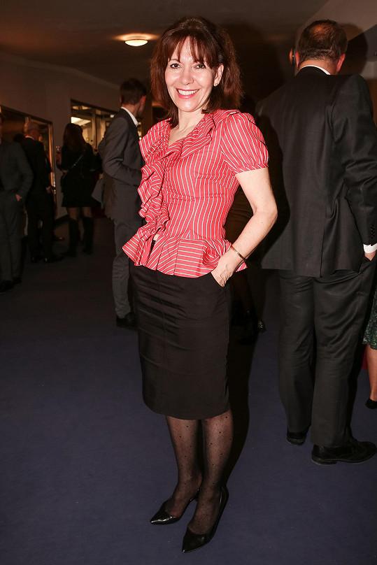 Herečka Michaela Dolinová se objevila v Divadle Broadway v černé sukni a červené nabírané halence.