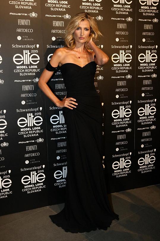 Česká topmodelka oblékla černou róbu Versace.