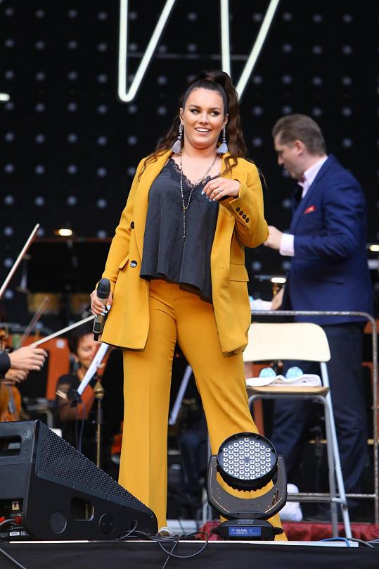 Ewa Farna vystoupila na karlovarském filmovém festivalu.