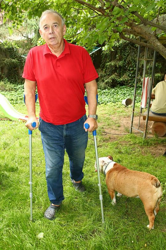 Kvůli bolestem při chůzi podstoupil dvakrát operaci kyčlí.