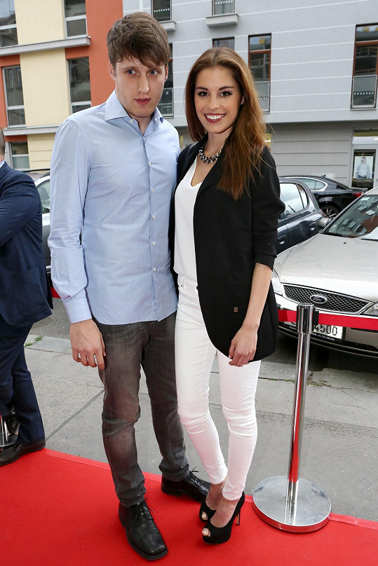 Tereza Budková s přítelem na křtu gurmánské knihy Dominica Jamese Prague Cuisine