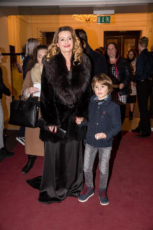 Houslistka Markéta Muzikářová přišla se synem. Pod černým kožichem měla také černé šaty.