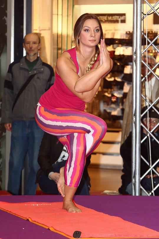Barbora Mottlová při cvičení své oblíbené jógy