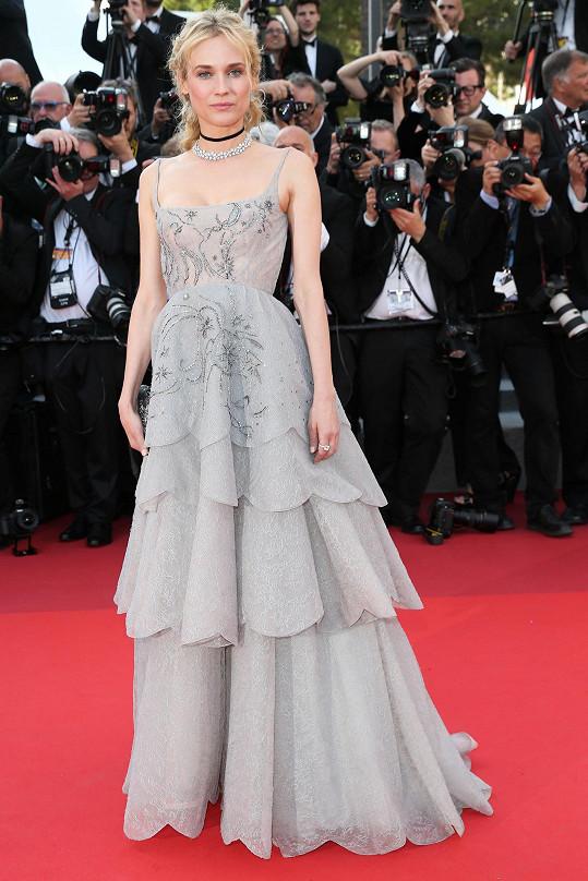 Tyto šedivé plesové šaty z lehké splývavé krajky od Diora jsou přesně to, co na rudý běhoun před Velký palác v Cannes patří. Bravo, Diane Kruger!