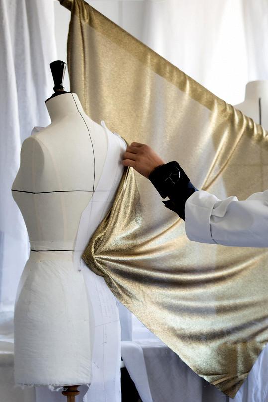 Šaty vznikaly celých dvě stě šedesát hodin.