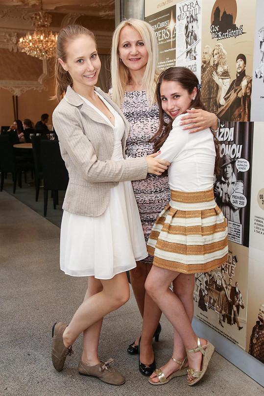 Natálka s maminkou a sestrou Denisou