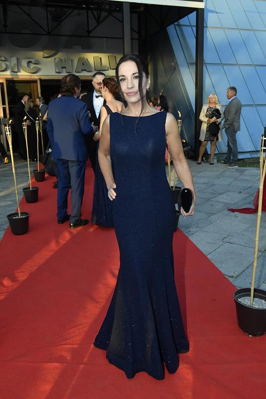 Míša měla šaty od návrhářky Petry Vyoralové.