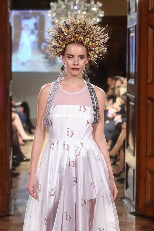 Gabriela Lašková předvedla dva modely. Jeden světlý s dlouhou sukní...