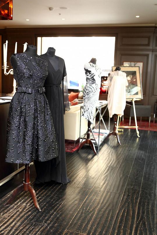 Návrhářka dala do dražby tyto šaty.