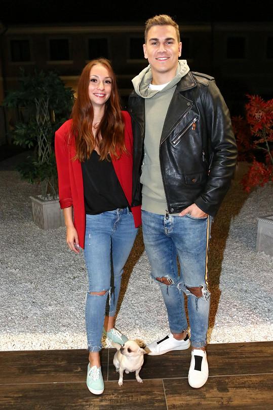 Na soustředění do hotelu v Šanově dorazil s manželkou Nikolou.