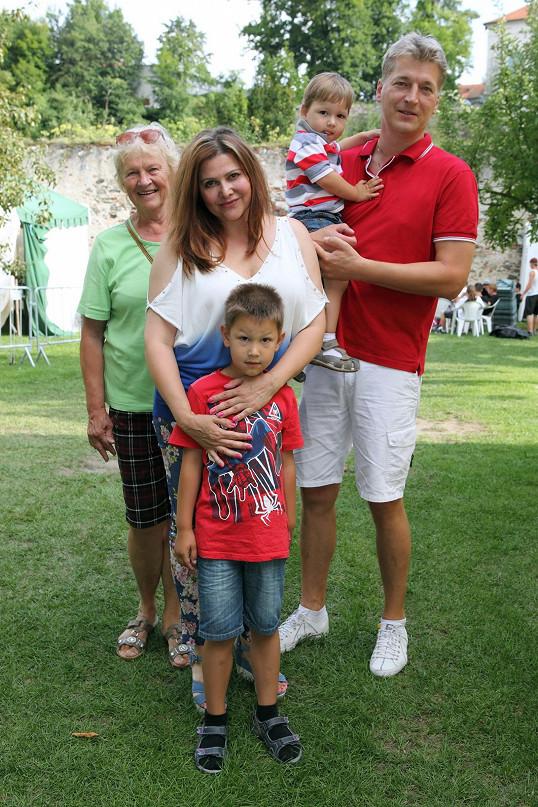 Ilona s rodinou, manželem, syny a babičkou