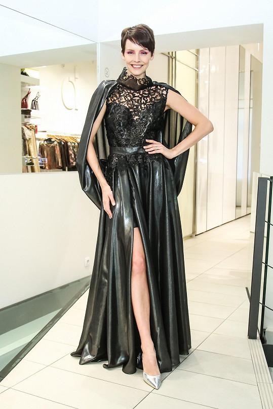 Česká Miss 2013 vybírala šaty na dva plesy.