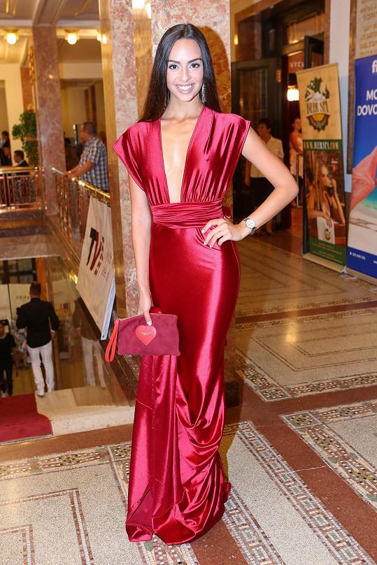 V zářivě rudé večerní róbě bez podprsenky na sebe strhávala pozornost finalistka Miss Czech Republic Mirka Pikolová.