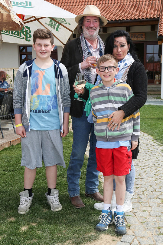 Bolek Polívka s partnerkou Marcelou Černou a syny Janem a Františkem