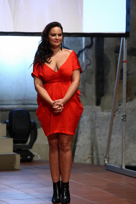 Na jeho křest také oblékla krátké červené šaty. Střihově to nebyla úplně šťastná volba.