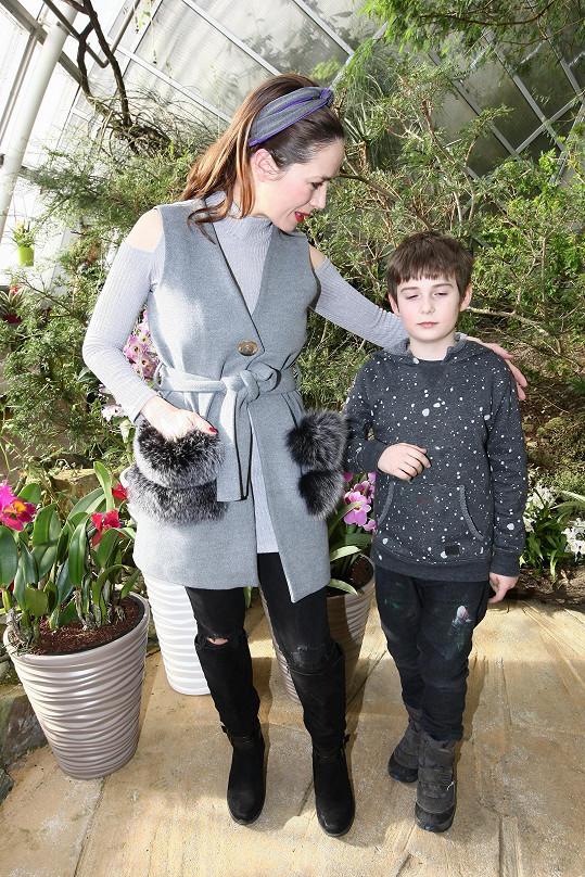 Herečka dorazila na zahájení výstavy orchidejí ve skleníku Fata Morgana se synem Antonínem.