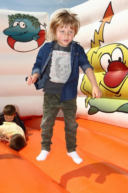 Andrej řádil na dětských atrakcích.