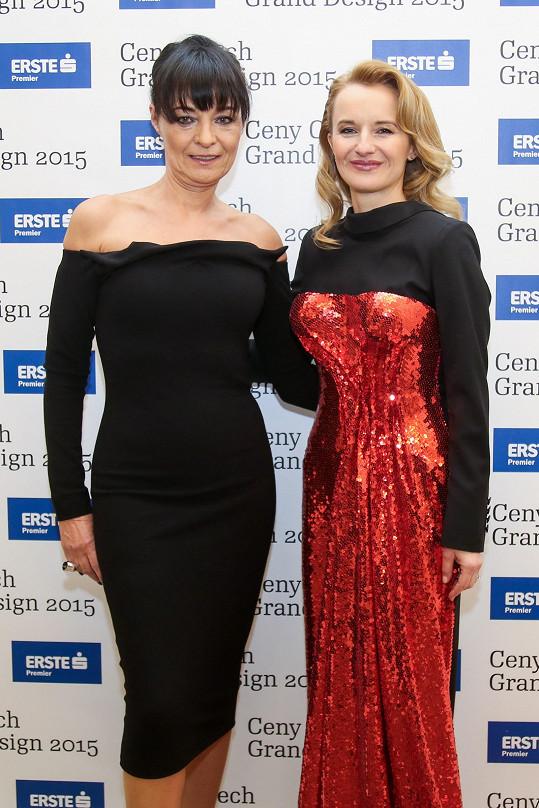 Původně chtěla Liběna Rochová pro organizátorku večera Janu Zielinski vytvořit glamour šaty s korzetem ve stylu Anity Ekberg z filmu Dolce Vita z rudého flitrovaného materiálu, který je jednou z nejluxusnějších látek vůbec.