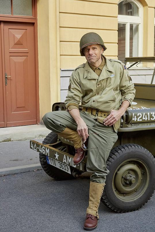 Jeho postava, která se v seriálu objeví dnes, si libuje v historických vojenských vozech.