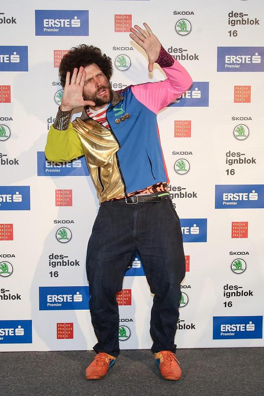 Z fotky je zřejmé, že designér Maxim Velčovský chtěl být za klauna nejen díky svému outfitu, ale i pózám.