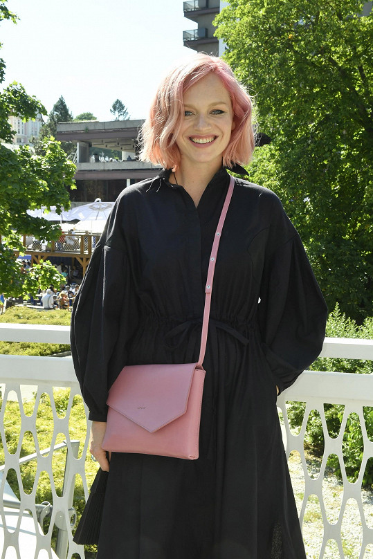 Do růžové šla letos i Ester Geislerová.