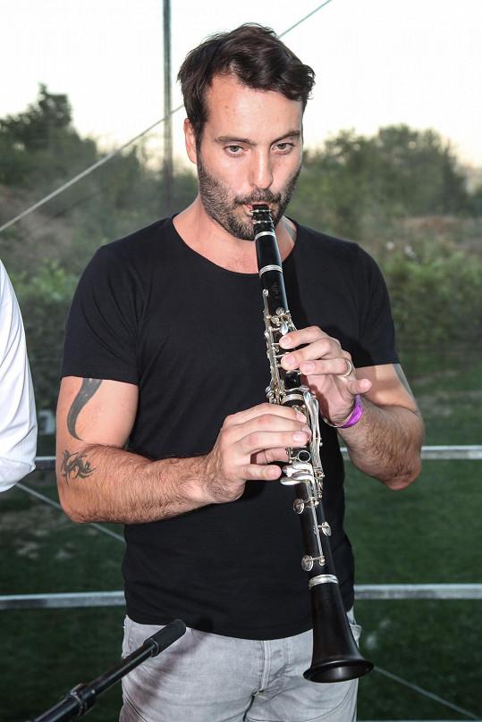 Lidové písně si zahrál společně s vinaři.