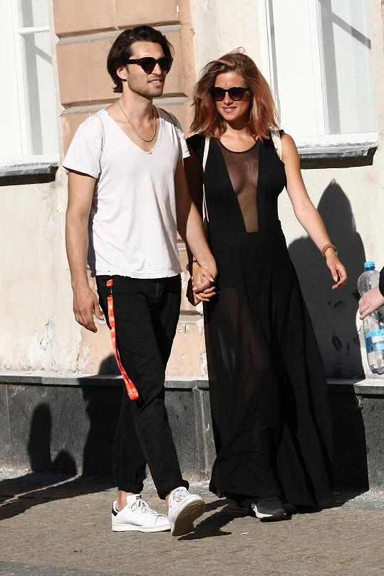 Emma s přítelem Jordanem na kolonádě