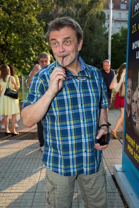 Představení Láska v přímém přenosu režíroval Roman Štolpa.
