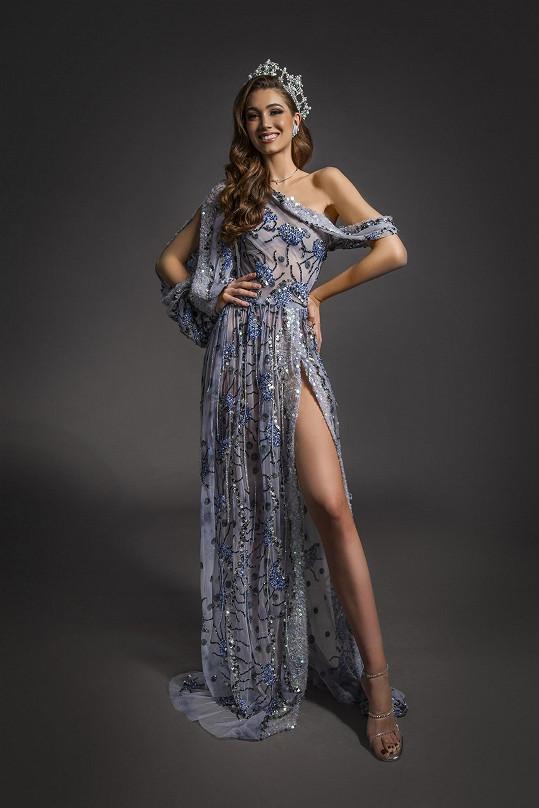 Autorem finálových šatů je dvorní stylista soutěže Sam Dolce.