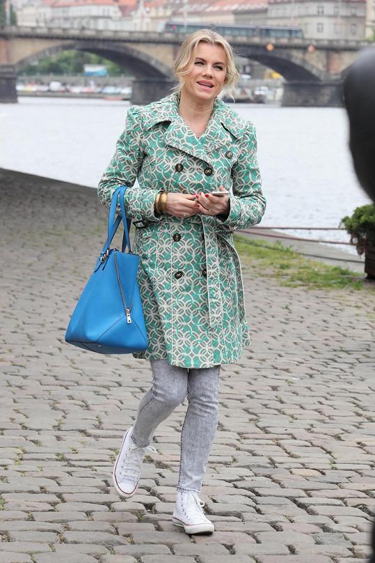 Jako první dorazila na místo natáčení Leona Machálková.