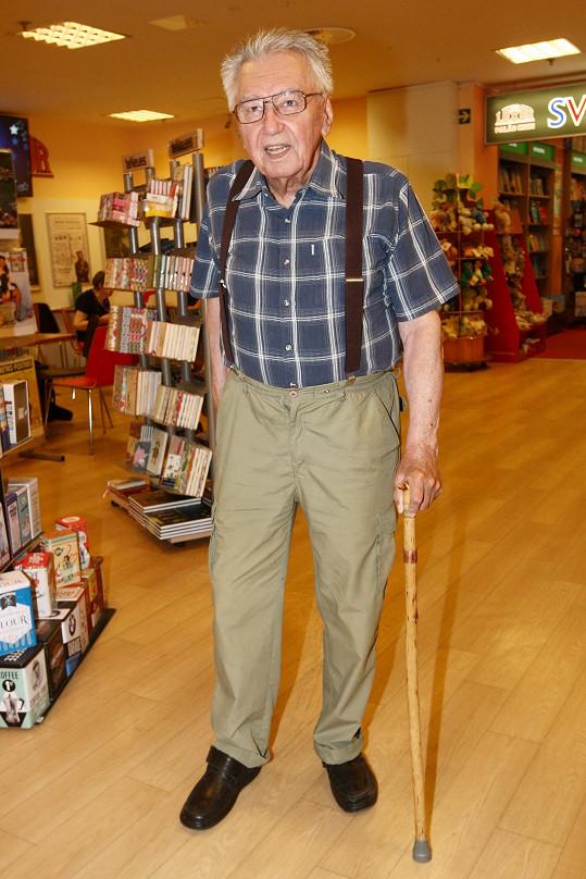 Josef Zíma stále pravidelně vystupuje i přes problémy s chůzí.