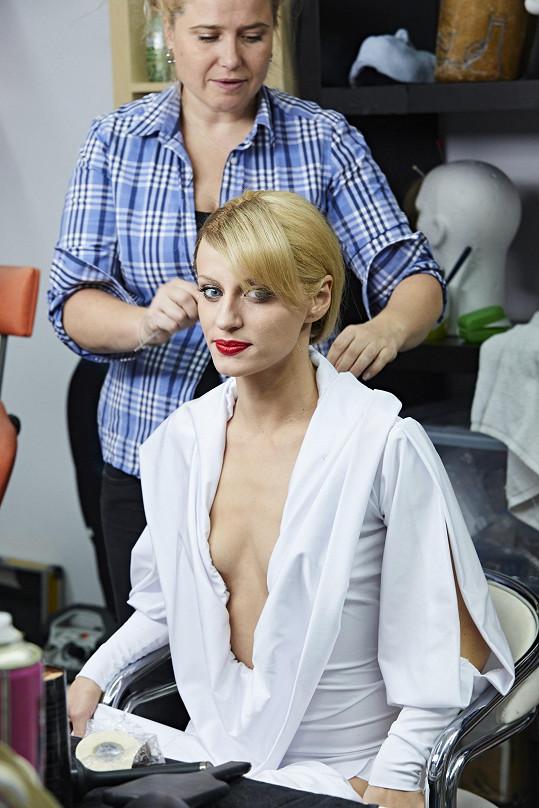 Blond vlasy doplnil velmi odvážný kostým.