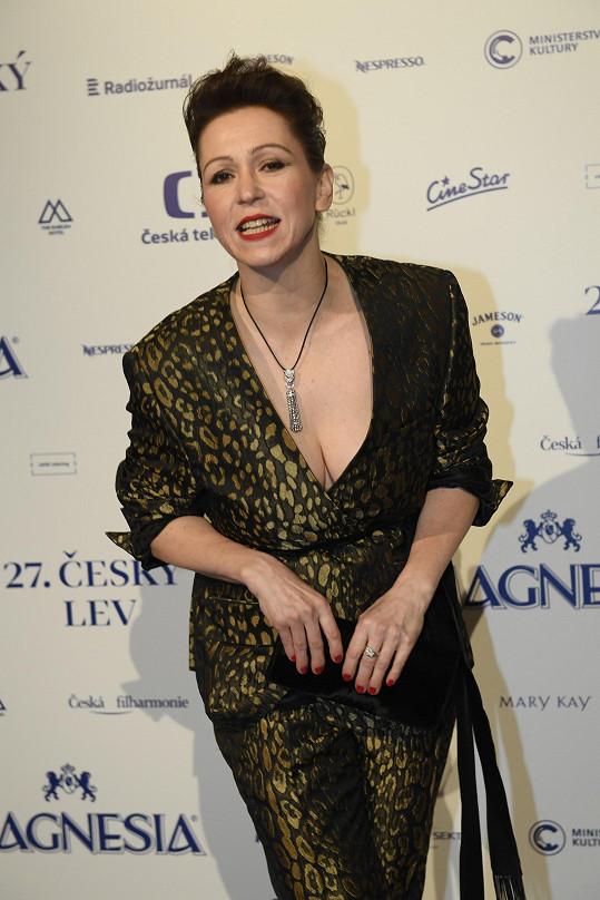 Zuzana Stivínová sice oblékla kostým, ale výstřih nechyběl.