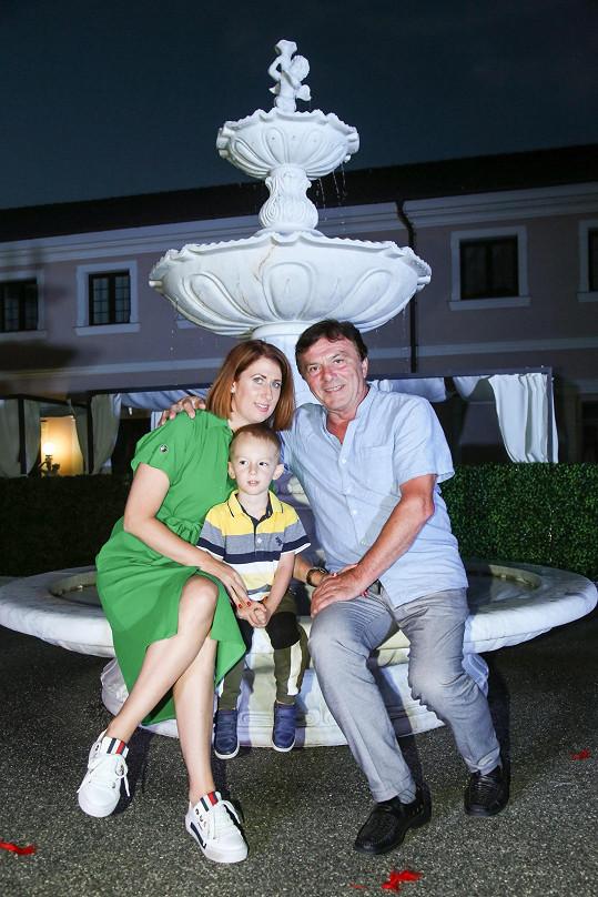 Pavel Trávníček dorazil s manželkou s synem.