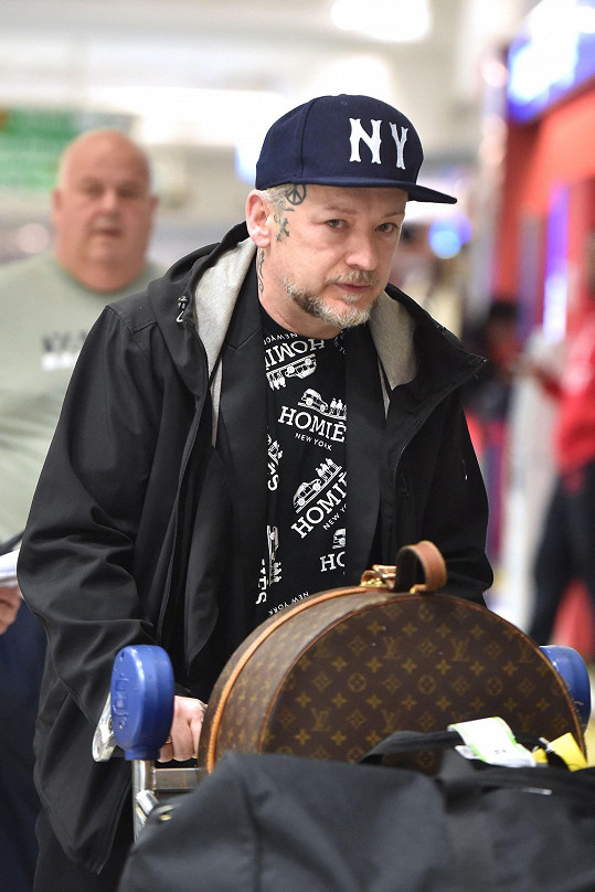 Nenápadný a ustrašený. Tak působil britský zpěvák na letišti v NY.