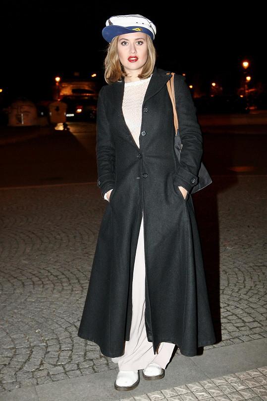 Emma v kabátě po příchodu na projekci