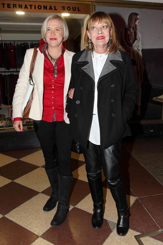 Jana Šulcová dorazila na premiéru filmu Kobry a užovky s dcerou Rozálií.