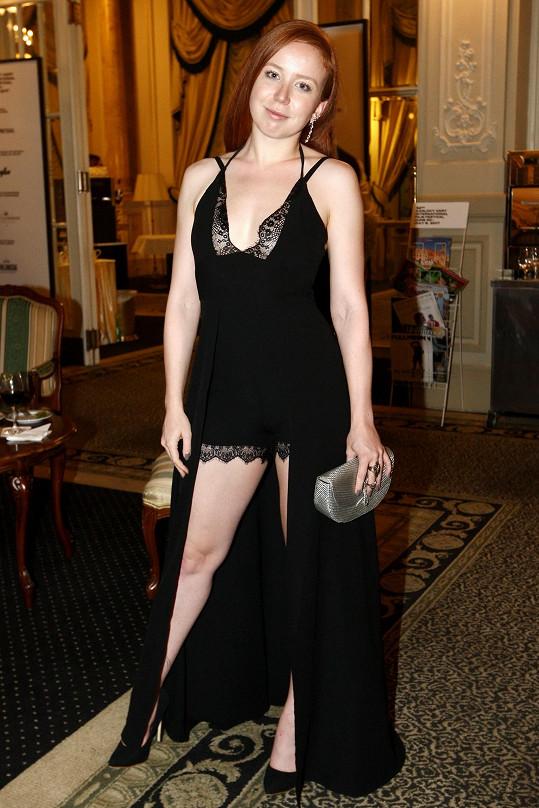 Kostým lehké ženštiny se na závěrečný večírek filmového festivalu nehodí.