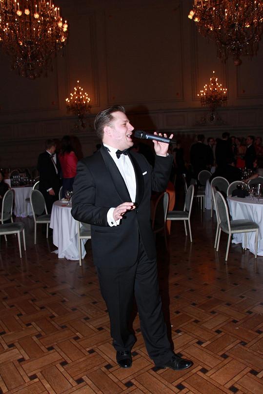 Kromě chvíle, kdy Tomáš Savka na plese zpíval známé swingové hity i filmové písně.