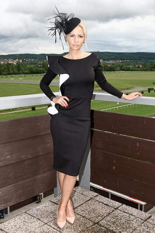 Na dostizích v šatech Zuzany Lešák Černé. V jejím modelu se bude i vdávat.