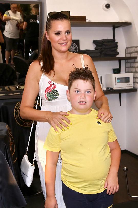 Ornella Koktová se synem Quentinem na otevření barber shopu