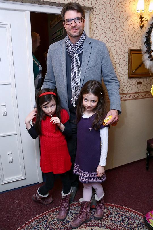 Michal Jančařík s dcerami, které vzal do Divadla kouzel Pavla Kožíška.
