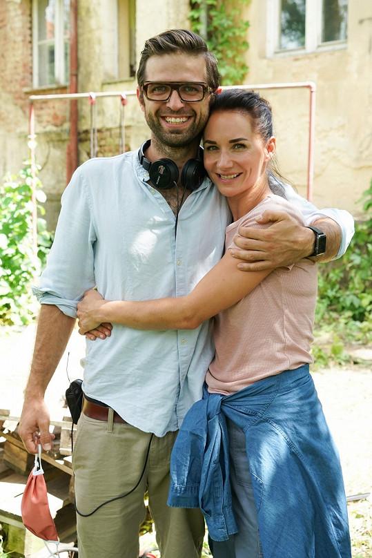Snoubenci Sandra Nováková a režisér Vojtěch Moravec spustili natáčení filmu Matky.