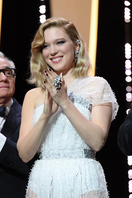 Léa Seydoux, francouzská herečka a ambasadorka Boucheron, oblékla na premiéru snímku Everybody Knows sněhově bílé šaty Dior, které poměrně hodně, ale citlivě odhalovaly její postavu. Zdobnou róbu doplnila překrásnými náušnicemi a prstenem z kolekce Lierre de Parisasymmetrical z dílny Boucheron.