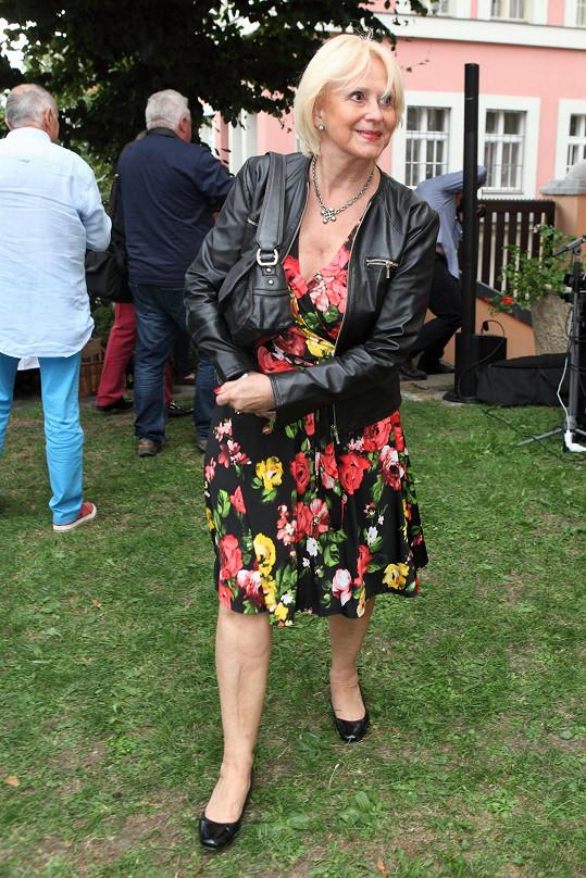 Tipli byste téhle dámě čtyřiasedmdesát?