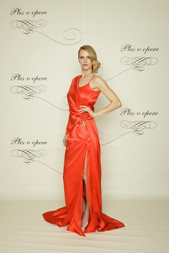 Úspěšná modelka z agentury Elite Bratislava Alexandra Gachulincová opětovně sáhla po modelu od svého dvorního návrháře Marcela Holubce. Ten pro ni vytvořil róbu v rudé barvě, pro kterou hledal inspiraci v zahradách ve Versailles.