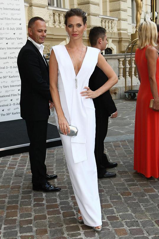 Hned během zahájení filmového svátku v Karlových Varech na sebe Andrea Verešová upozornila ve sněhobílé minimalistické říze od Michaela Kováčika. Modelka se puristický model odvážila doplnit výraznějšími šperky a stejně barevným bagetovým psaníčkem.