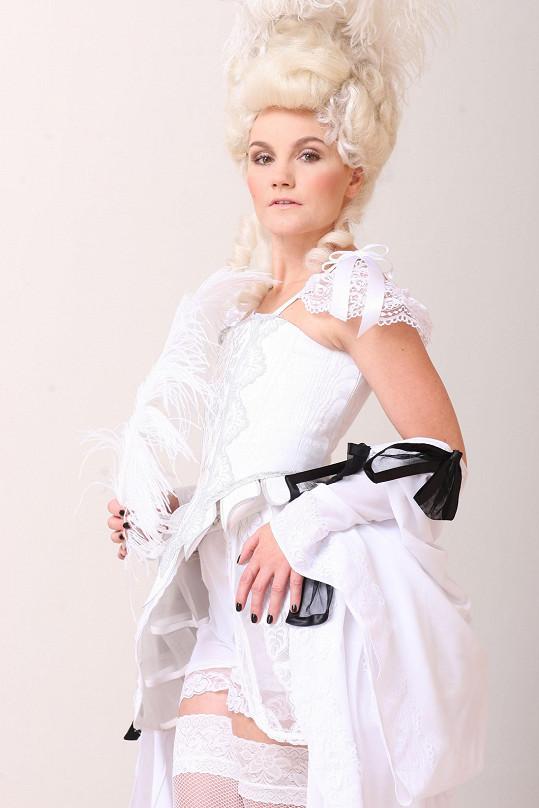V jakém jiném kostýmu by měla představitelka muzikálové role Marie Antoinetty stanout před objektivem fotoaparátu než v tomto.
