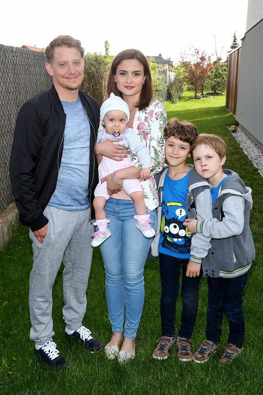Eva se seriálovým partnerem Štěpánem Benonim a dětmi